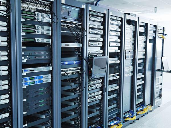 Server có năng lực xử lý và khả năng lưu trữ dữ liệu lớn hơn nhiều so với máy tính thông thường