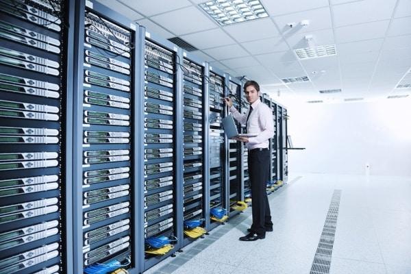 Data Center bao gồm cơ sở vật chất, thiết bị hỗ trợ, thiết bị IT và những người chịu trách nhiệm giám sát các hoạt động