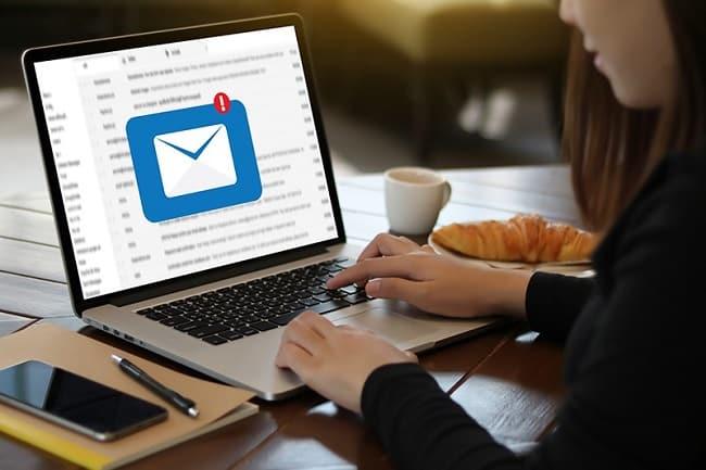 Webmail là ứng dụng có khả năng truy cập Email server để gửi và nhận Email